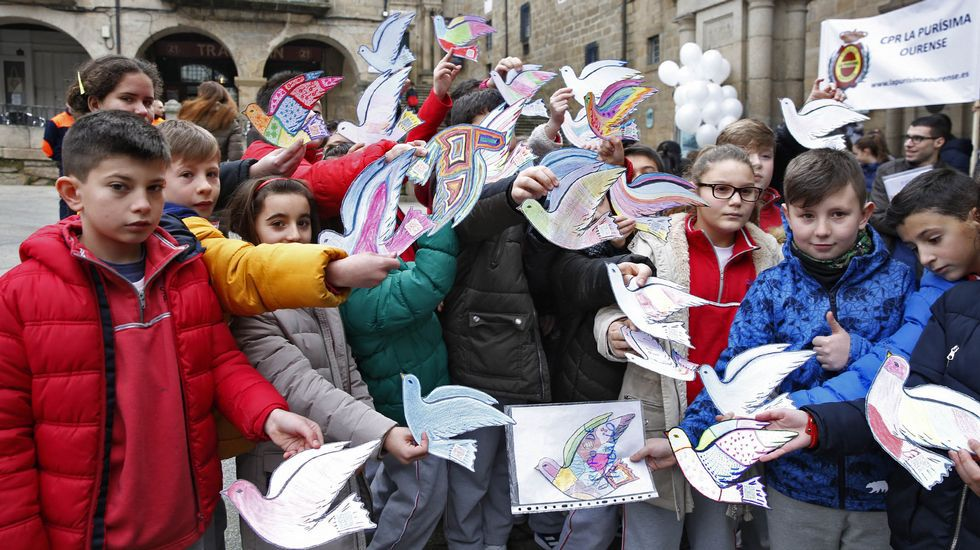 Paz Ourense.Lectura de manifiesto y suelta de globos en la praza Maior de Ourense