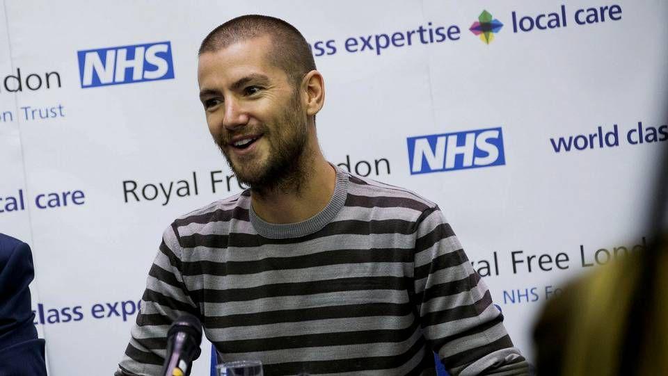 Fotografía cedida por la fundación Royal Free Londron NHS que muestra al británico William Pooley, que contrajo el virus del ébola mientras trabajaba de voluntario en Sierra Leona, ofreciendo una rueda de prensa en Londres (Reino Unido)