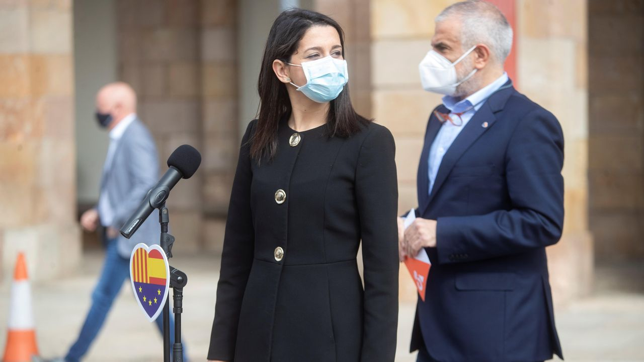 Caravana de coches de la Plataforma de Trabajadores Públicos Temporales en Fraude de Ley.Inés Arrimadas y Carlos Carrizosa, este viernes en el Parlamento catalán