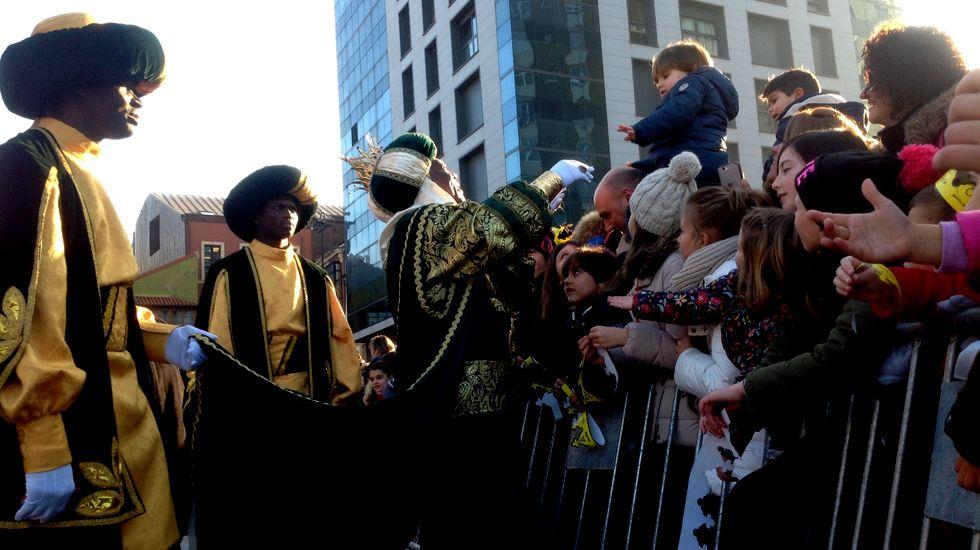 El rey Baltasar coge a un pequeño en la plaza del Marqués