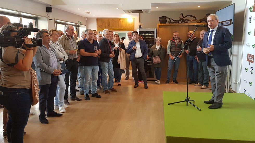 Tomé, a la derecha, en una reciente reunión en Doade con productores ecológicos de leche