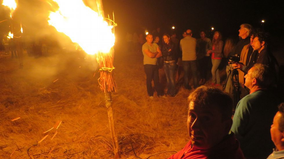 El espectáculo del fuego atrajo a numeroso público a esta parroquia del municipio de Taboada