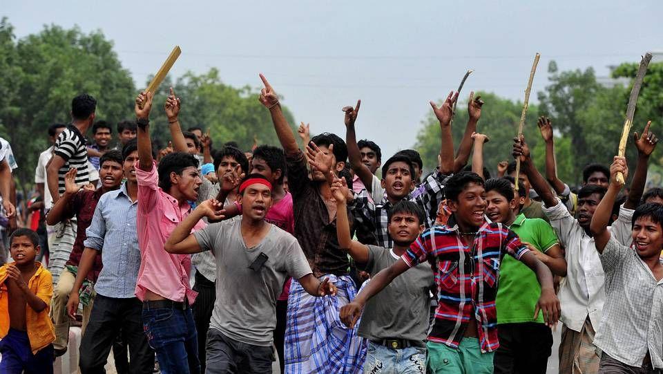 Protestas en Bangladés tras la tragedia de Dacca.Protestas de trabajadores contra los jefes y los ingenieros del edificio derrumbado.
