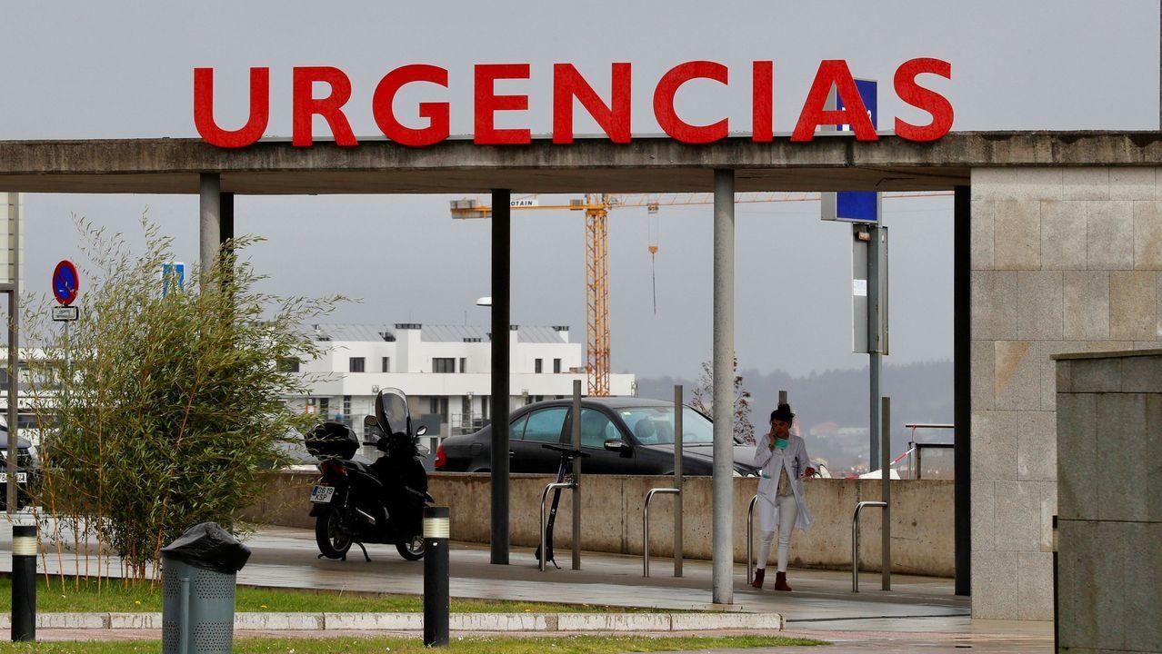 Miembros de la UME desinfectan Asturias.Urgencias en el HUCA