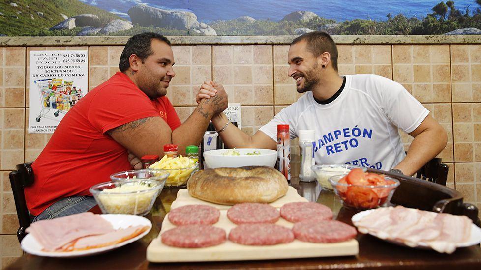 Así devoran una hamburguesa de dos kilos y medio en el Fast Food Lecer.Presentación de La Zona en el Festival de Sitges