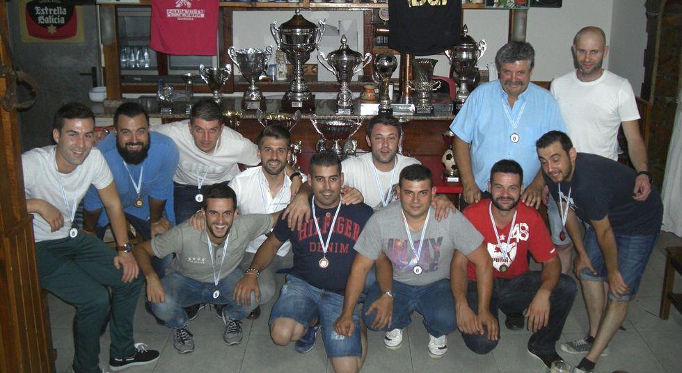 Jugadores de distintas temporadas del Quiroga Fútbol Sala celebraron una cena.