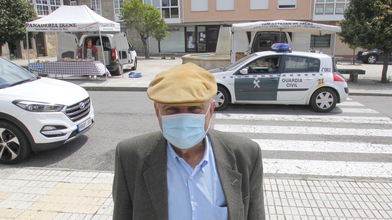 Manuel Rodríguez, vecino de Forcados, este viernes en Escairon, a donde solo va al banco y a hacer la compra