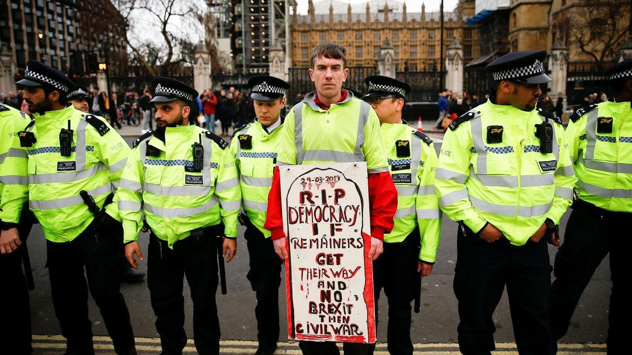 Aspirantes a dirigir los puestos más relevantes de la UE.Un activista a favor del  brexit  protesta frente al Parlamento de Westminster