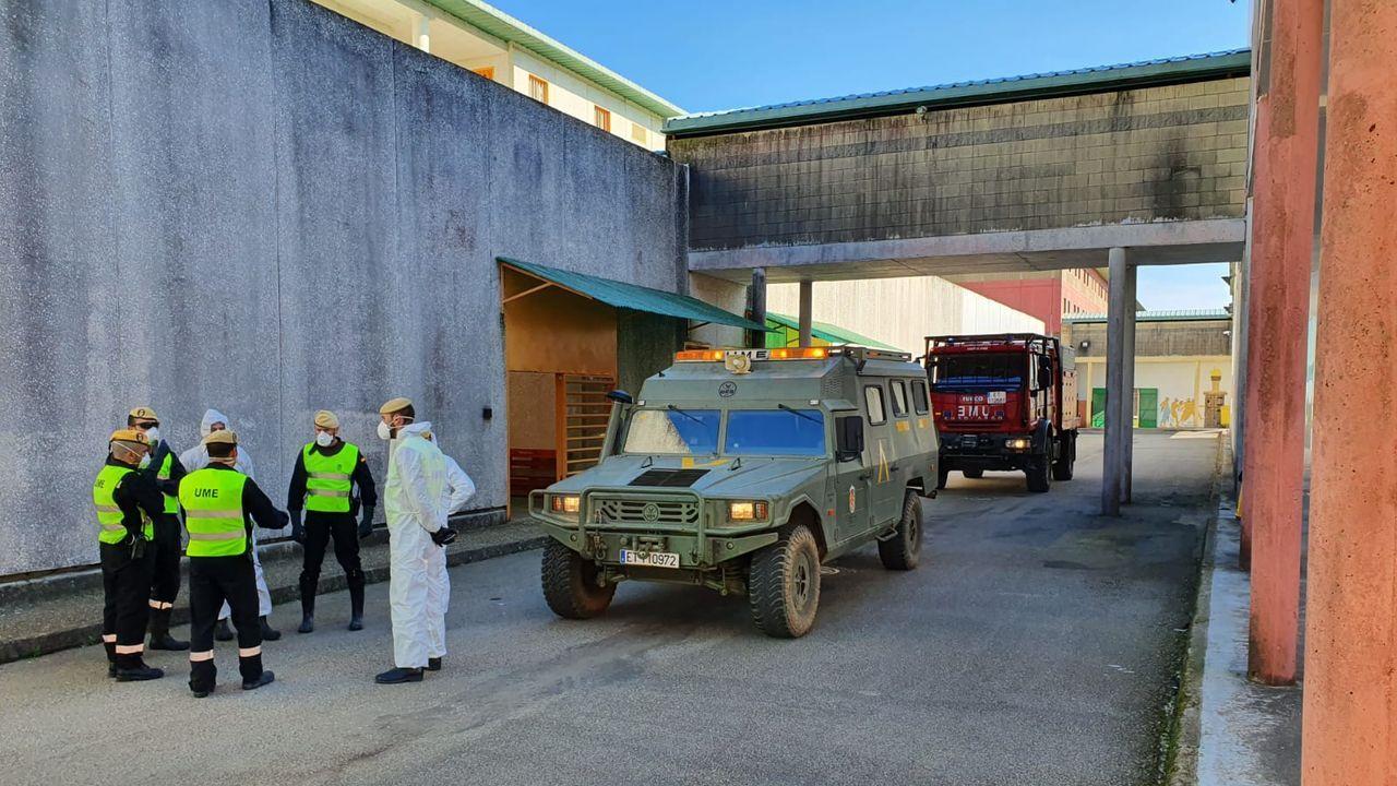 Agentes de la UME acudieron a la prisión de Teixeiro para realizar trabajos de desinfección de las instalaciones durante el primer confinamiento.