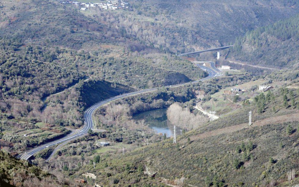 <span lang= es-es >Terrenos de rocas blandas</span>. En la zona de Peites, donde predominan las pizarras, la erosión creó un valle fluvial en el que las pendientes son mucho menos acusadas que aguas abajo.