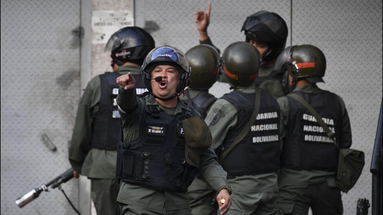 Máxima tensión en Venezuela tras proclamarse Guaidó presidente.Un grupo de miembros de la Fuerza Armada Nacional Bolivariana en Cotiza