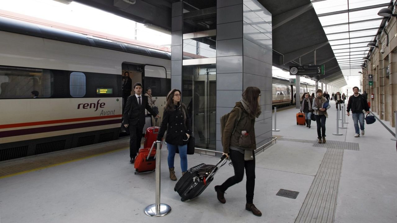 El Obradoiro despide el año a lo grande.Usuarios del servicio ferroviario en la estación de Ourense