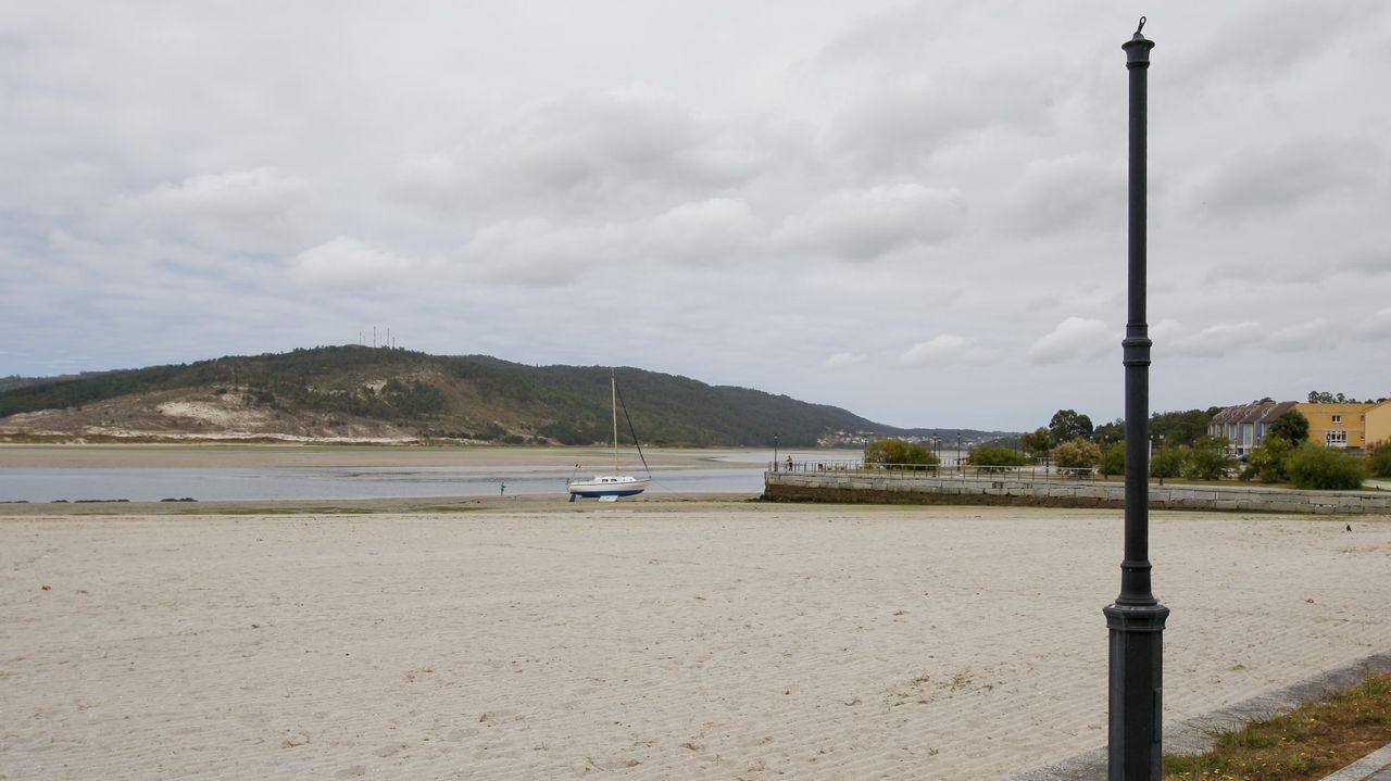 Imagen de archivo de una farola rota en el paseo de la playa de O Pendón
