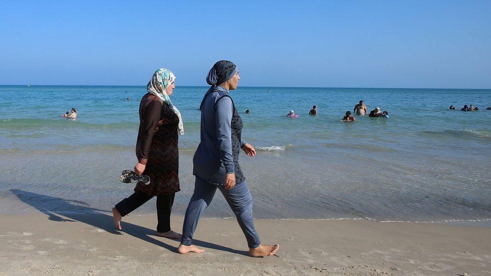 La cara B de la toma de posesión.Mujeres visten burkini en una playa turca