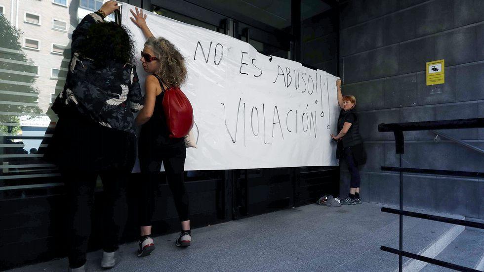 Pedro Sánchez escucha cómo Javier Fernández atiende a los medios de comunicación, durante una visita a Asturias.Cartel en los juzgados de Pamplona que critican la sentencia de La Manada
