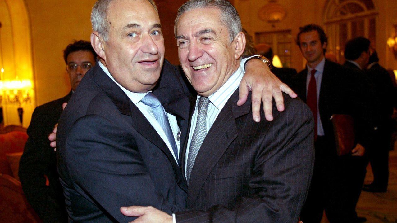 Jove se abraza con Honorato López Isla en un evento celebrado en Madrid