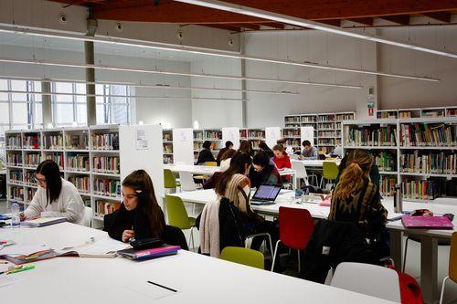 Biblioteca Pública de Ourense.Los estudiantes y opositores son mayoría en los usuarios de estas fiestas navideñas.