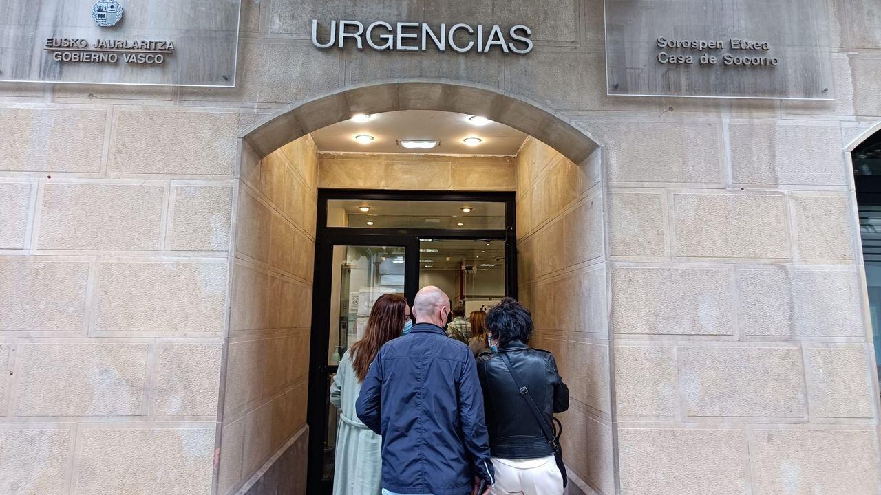 Familiares de jóvenes del País Vasco entregan muestras en el cribado realizado por el brote entre estudiantes que viajaron a Mallorca