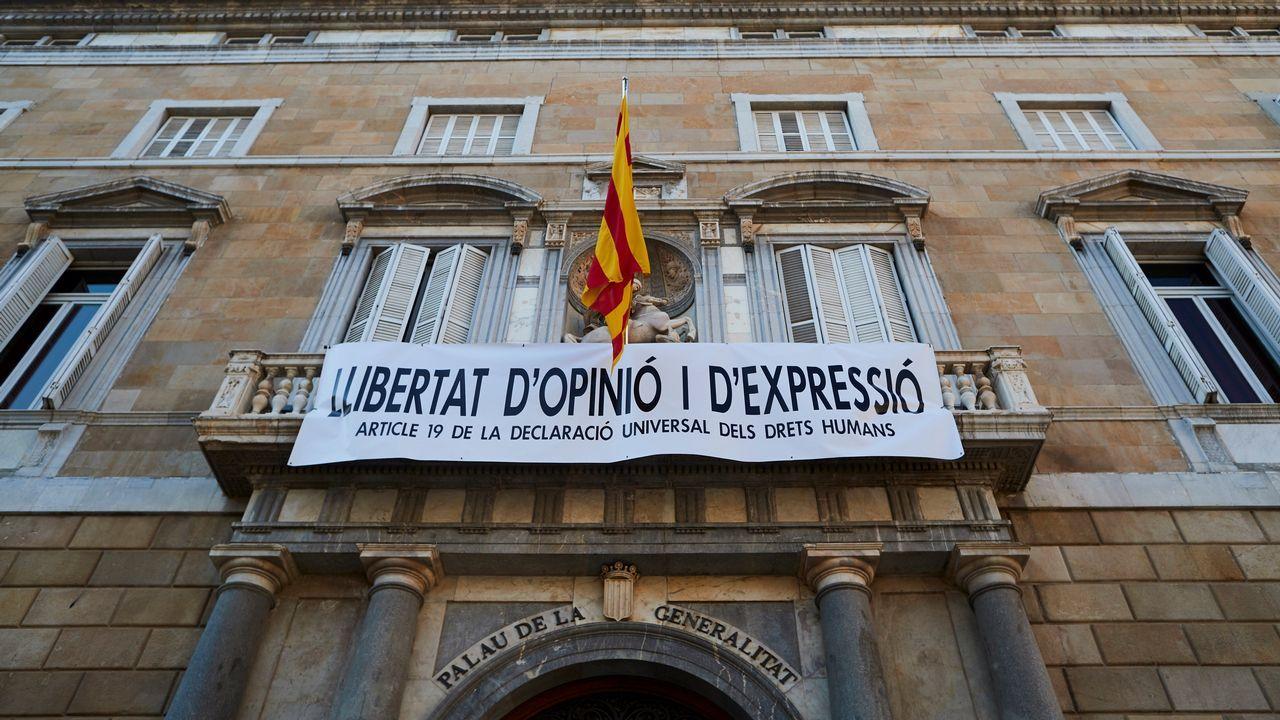 Torra retira la pancarta de la Generalitat.El portavoz socialista, Fernández Leiceaga, en su intervención