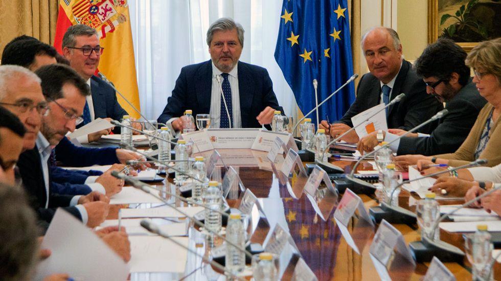 El ministerio Íñigo Méndez de Vigo presidenta una coferencia sectorial de Educación, con el consejero asturiano, Genaro Alonso, en mitad de la mesa, a la izquierda.El ministerio Íñigo Méndez de Vigo presidenta una coferencia sectorial de Educación, con el consejero asturiano, Genaro Alonso, en mitad de la mesa, a la izquierda