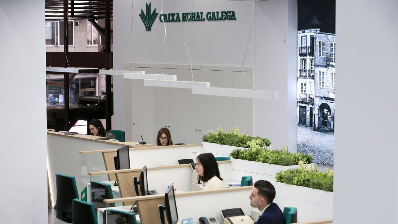 Interior de la oficina principal de Caixa Rural Galega en Lugo