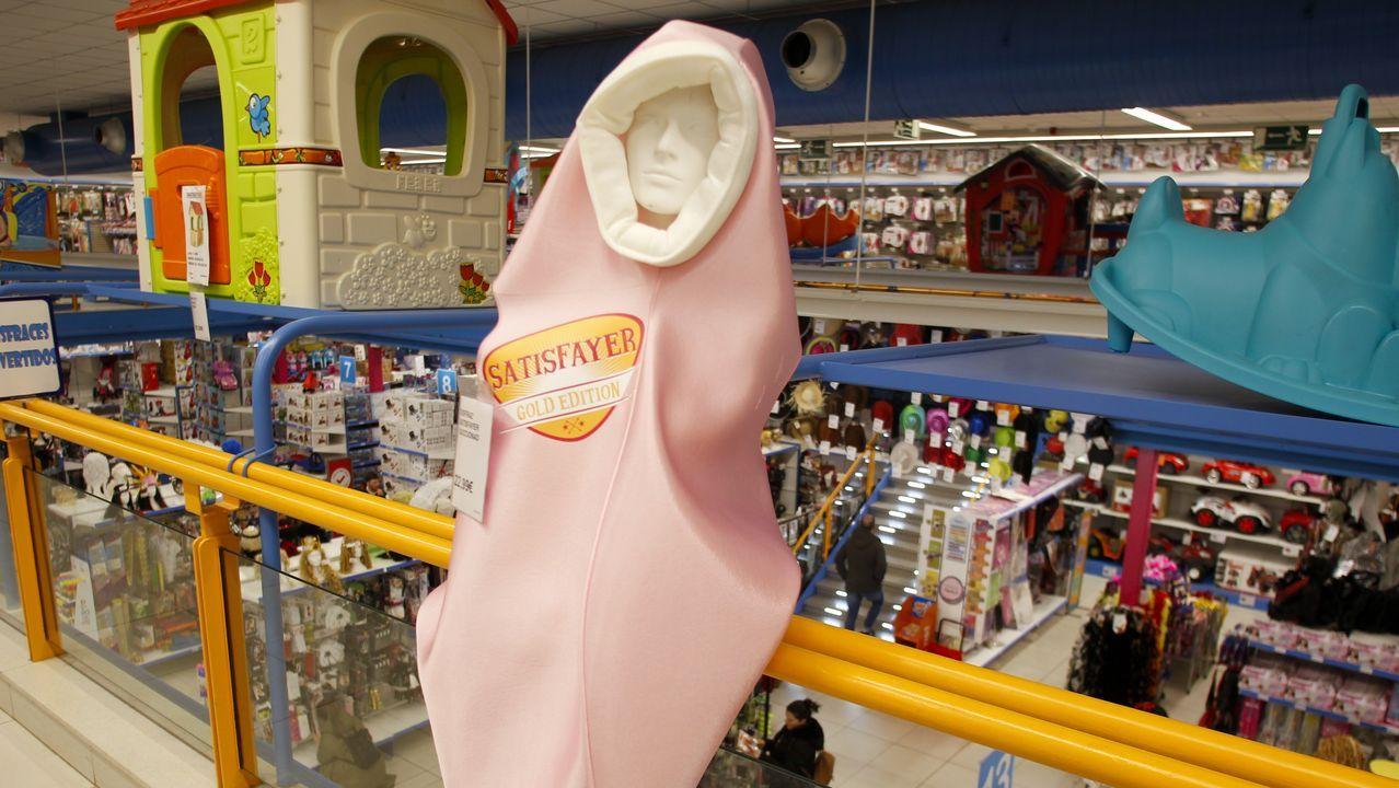 En la imagen, el disfraz del Satisfayer que Ali vende en su tienda de A Gándara y del que solo quedan catorce unidades