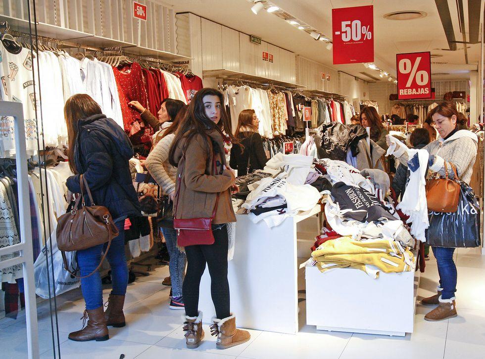 El primer gran temporal del invierno en Galicia.Tras los descuentos navideños en algunas tiendas, las rebajas se generalizan en todo el comercio.