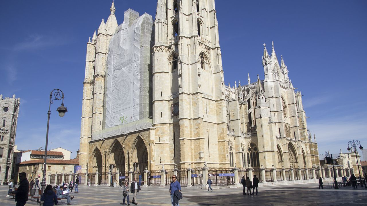 Galicia tiene un «Atlántico interior» y está en León.Los profesores de la Universidad de León José Luis Placer, catedrático de Comercialización e Investigación de Mercados (centro de la imagen),  Lorenzo López Trigal, catedrático de Geografía Humana (derecha de la imagen), y el economista Javier García-Prieto