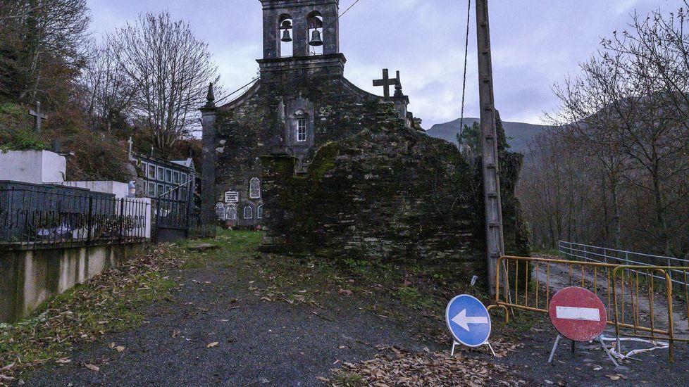 El camino, cortado con vallas junto a la iglesia