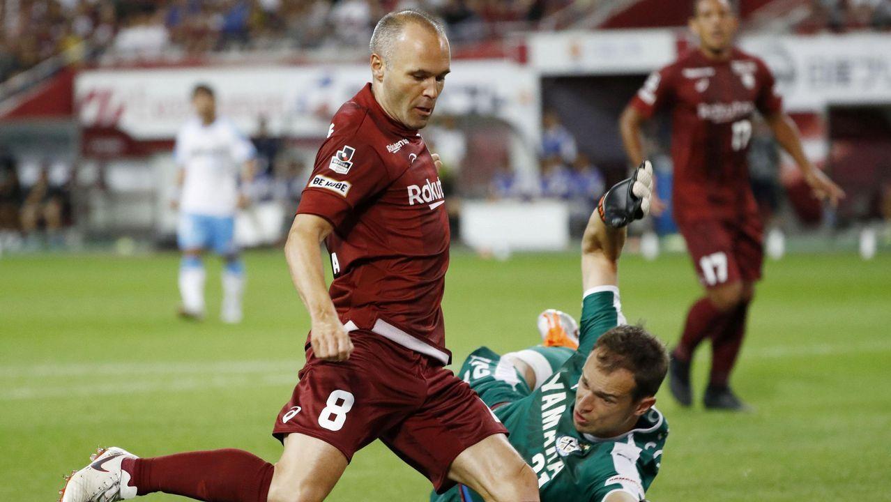 Iniesta aplaude en Riazor en el partido del 2011, el primero tras el gol del Mundial.