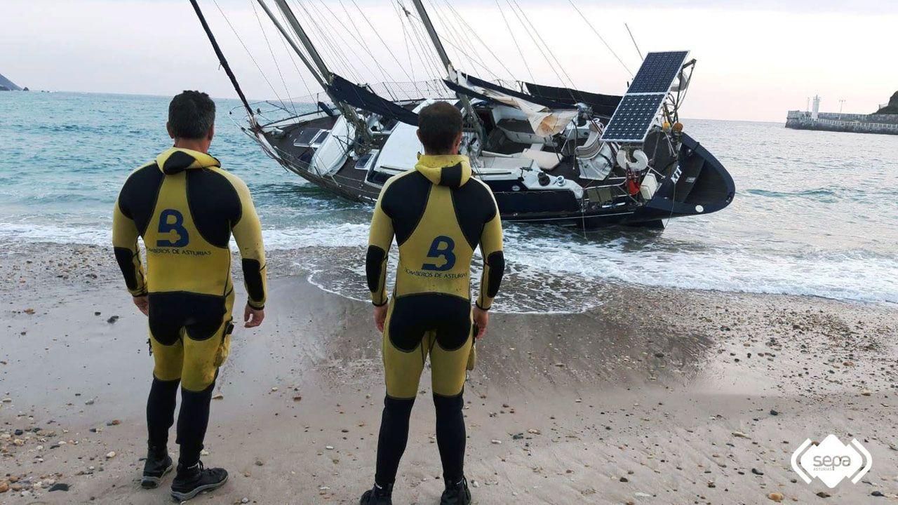Los bomberos evacuaron a los tripulantes de un velero varado en la playa de Ribadesella