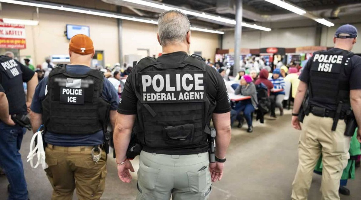 Richard Gere lleva alimentos al barco de Proactiva Open Arms.Agentes del Servicio de Inmigración y Control de Aduanas (ICE) vigilan a los arrestos en un centro de procesamiento agrícola en Canton