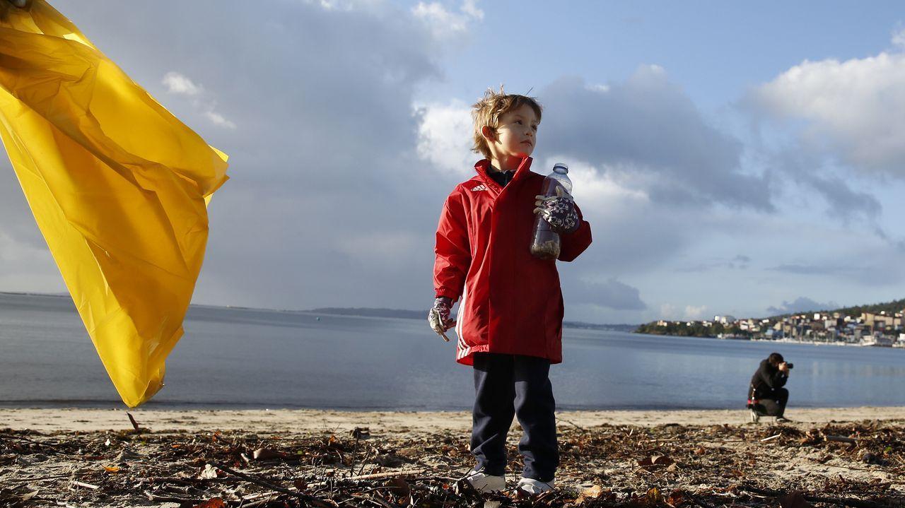 Limpieza de la playa de Barraña del programa de Ecomar y Jealsa
