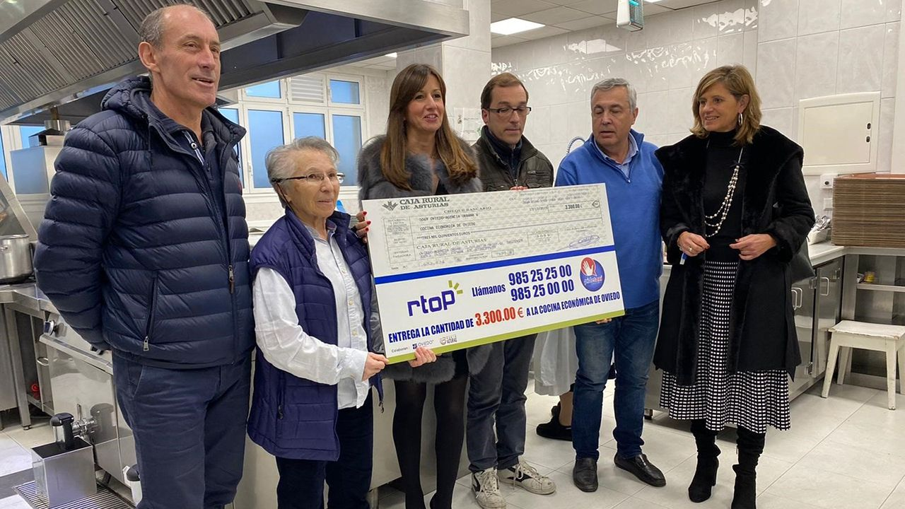 Representantes de Radio Taxi Principado entregan un cheque de 3.300 euros a la Cocina Económica