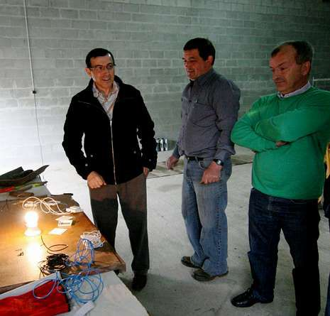José Antonio, en el medio, acaba de encontrar trabajo.
