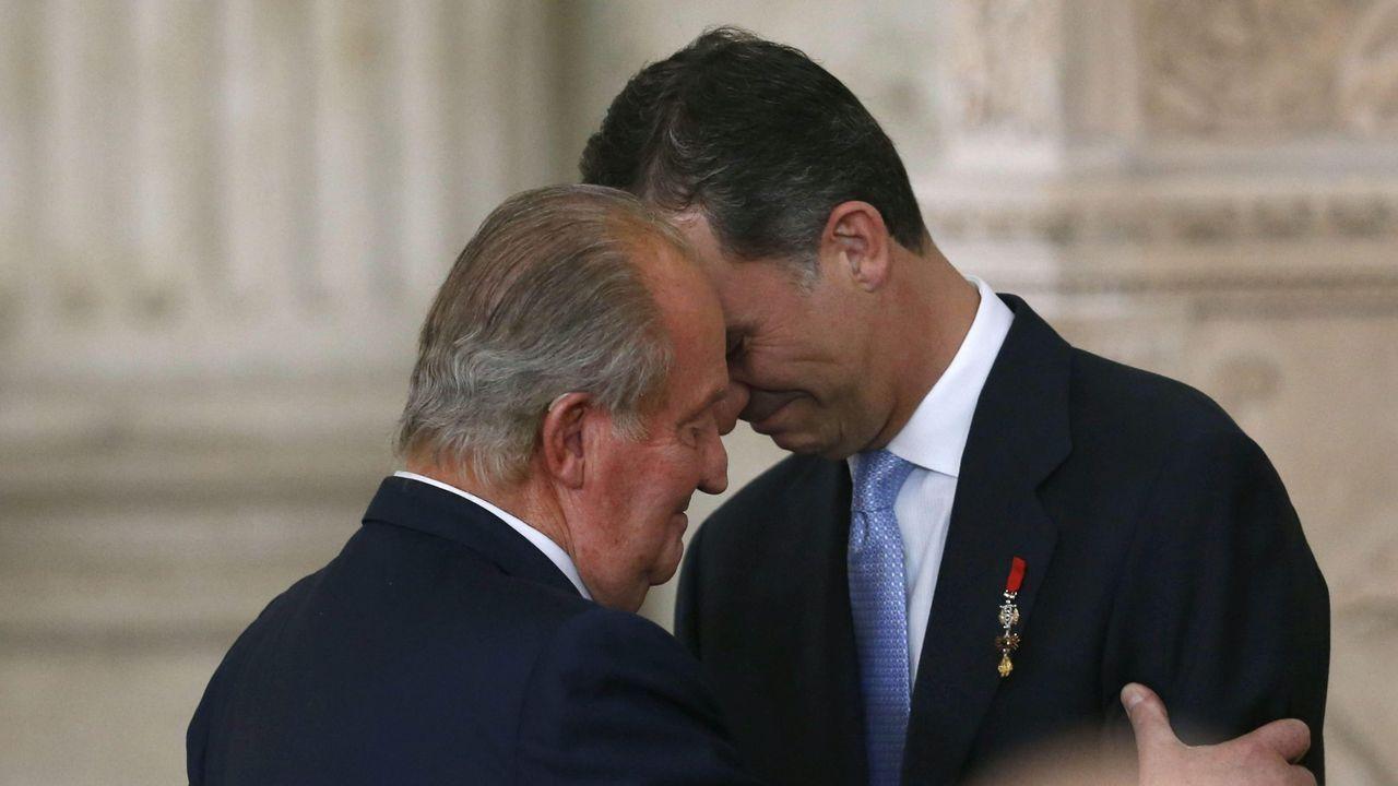 Juan Carlos I abrazando a su hijo Felipe tras firmar la abdicación, el 18 de junio del 2014