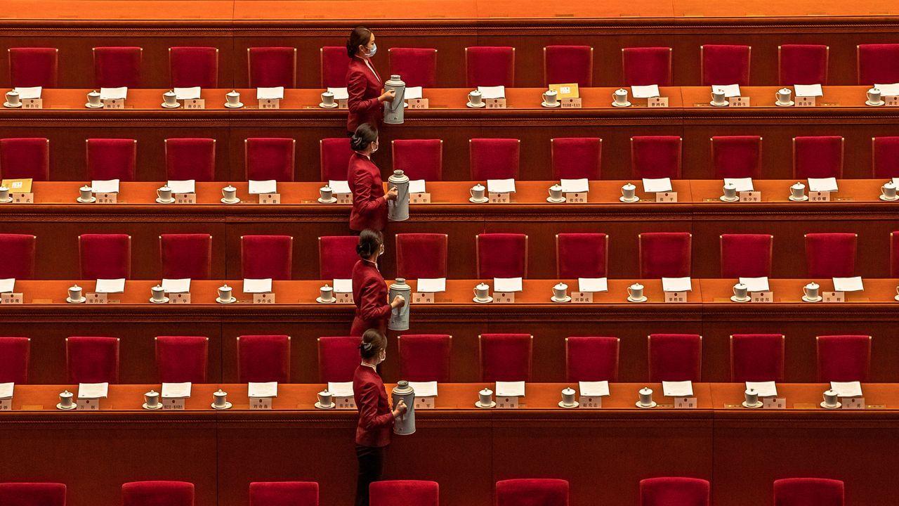 Trabajadoras, con mascarillas, durante el congreso nacional chino