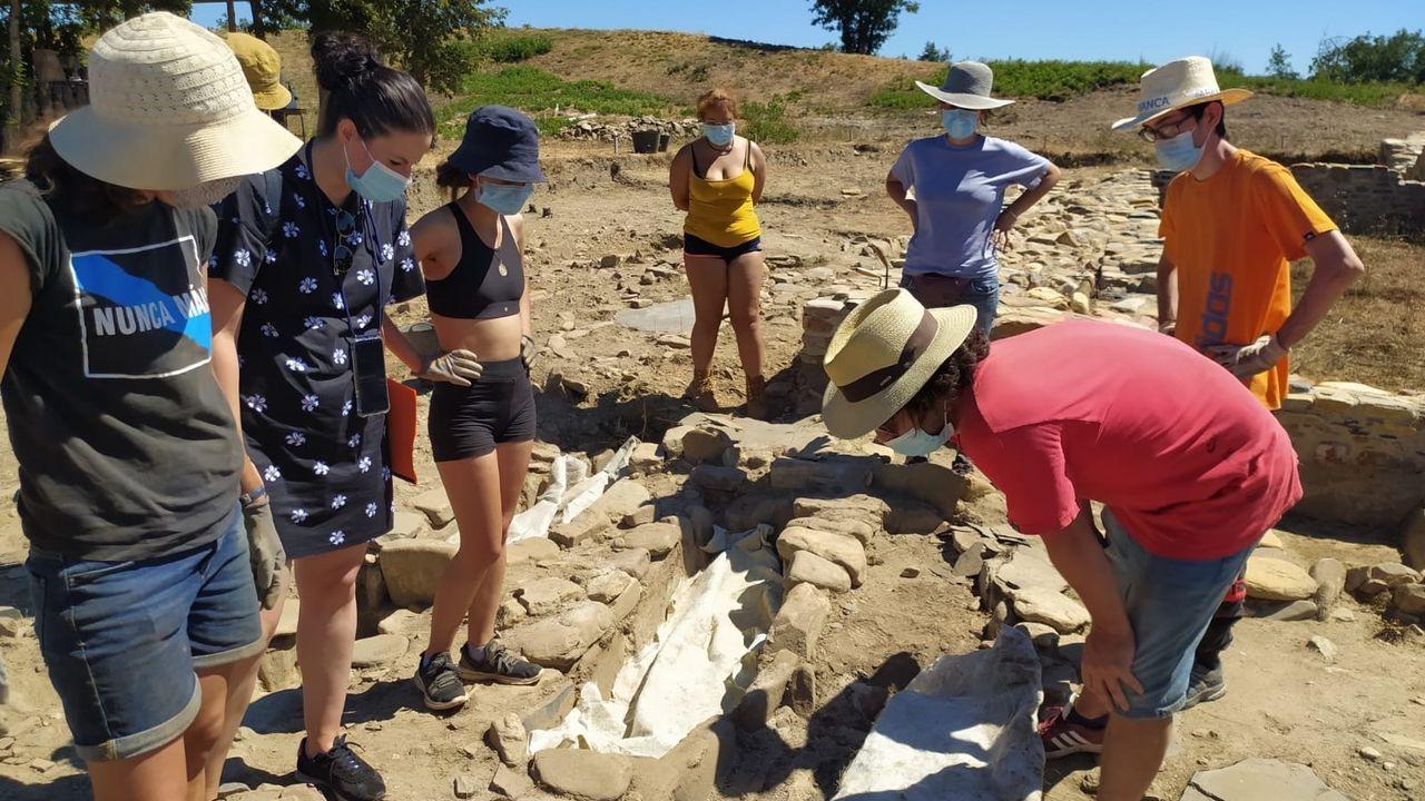 Los voluntarios que participan en el campo de trabajo colaboran en la investigación del cementerio medieval descubierto en el castro de Cereixa