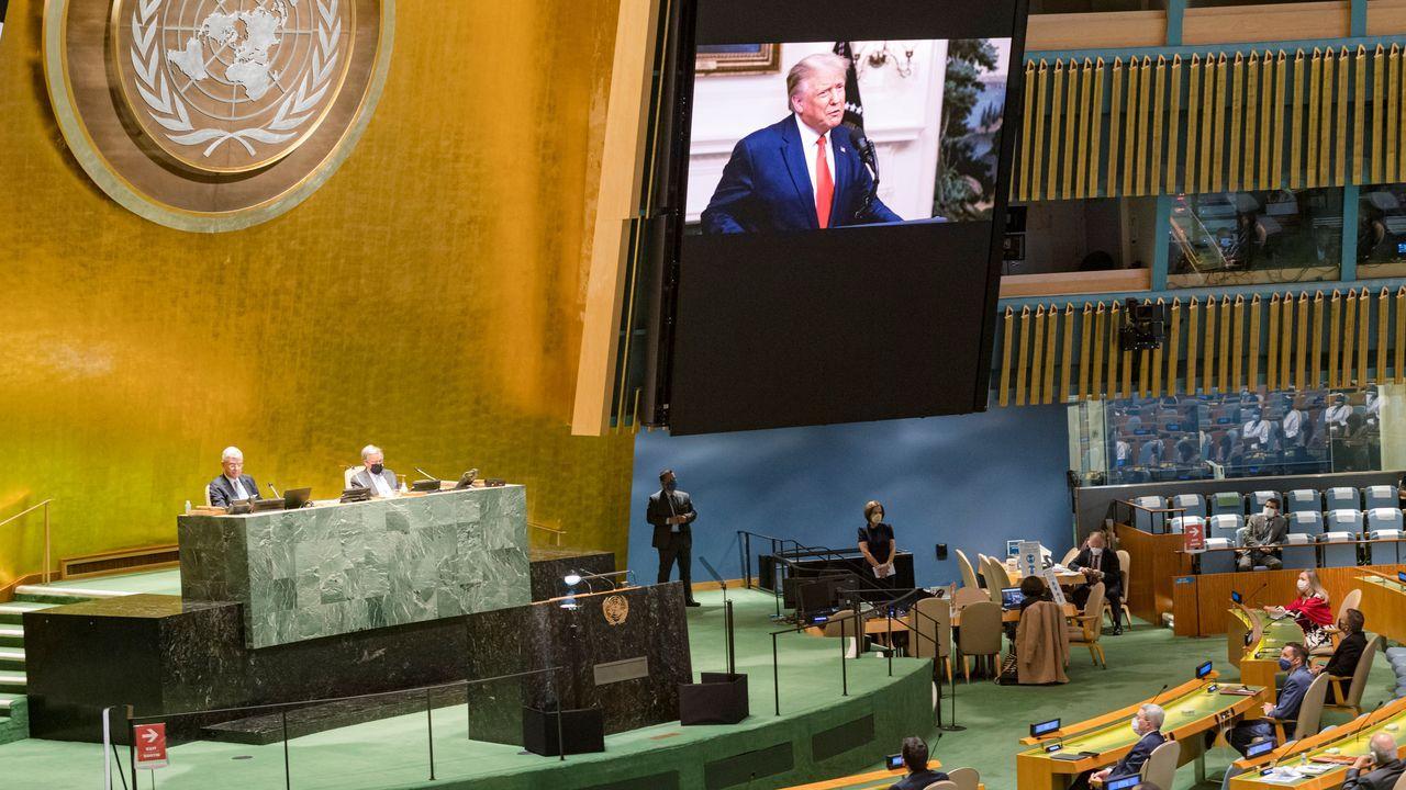 Guaidó, con la Constitución venezolana, tras asumir la presidencia interina en enero del 2019