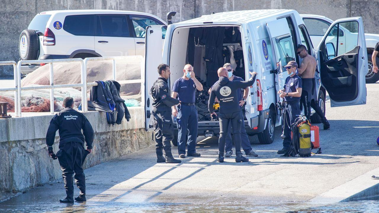 Miembros del Geas preparándose para sumarse a la búsqueda en el muelle de Porto do Son