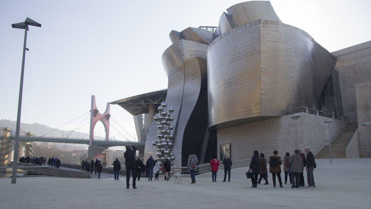 bilbao.El museo Guggenheim es el símbolo más internacional de Bilbao. Diseñado por el arquitecto canadiense Frank O. Gehry, se inauguró en 1997