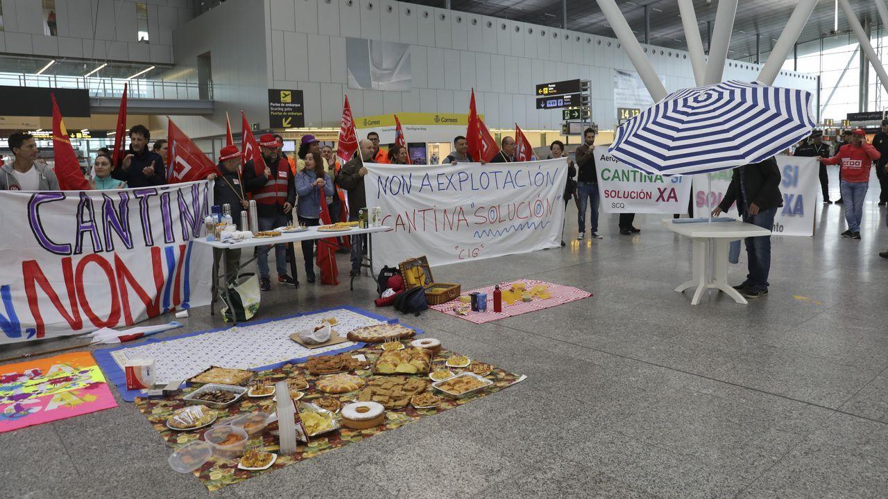 Picnic de los trabajadores del aeropuerto en protesta por el cierre de la cantina.Avión de Iberia averiado en la pista del Aeropuerto de Asturias