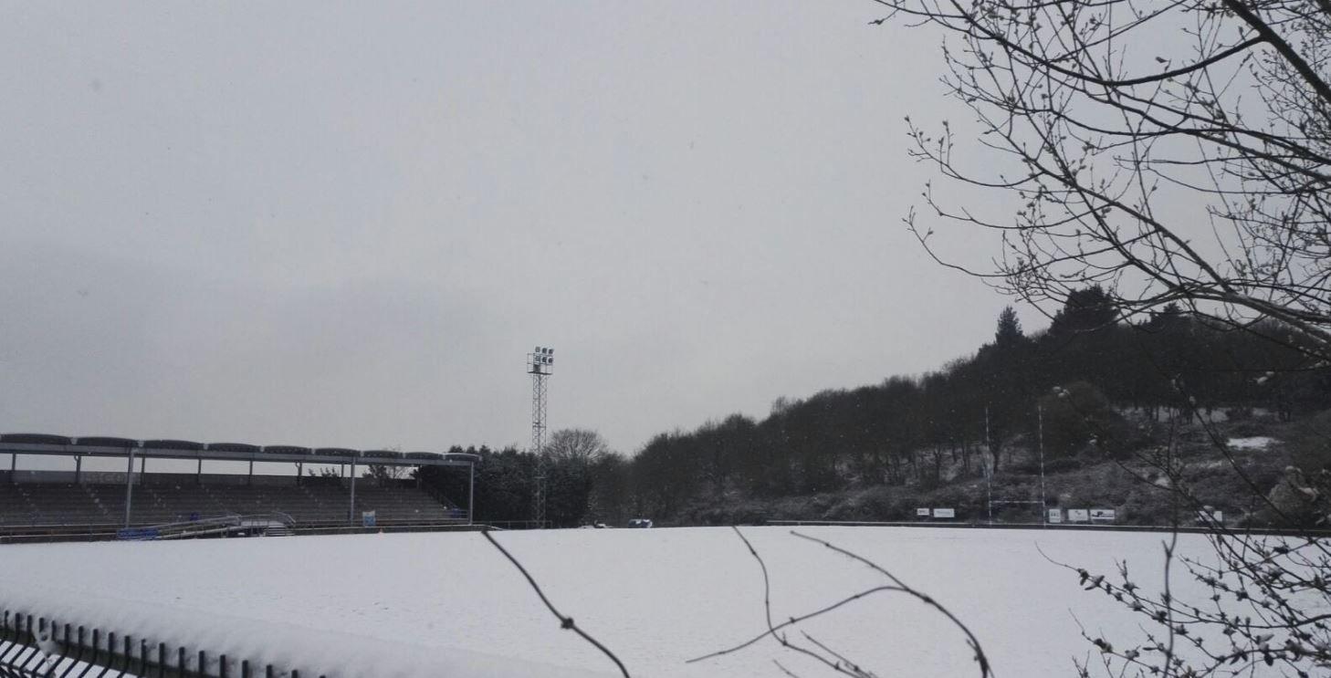 El campo del Real Oviedo de rugby cubierto por la nieve