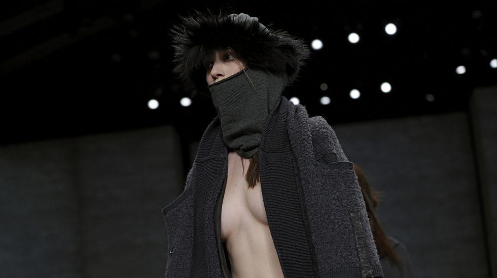 Semana de la Moda de Nueva York.Una modelo presenta las creaciones para la temporada Otoño/Invierno del diseñador Nicholas K.