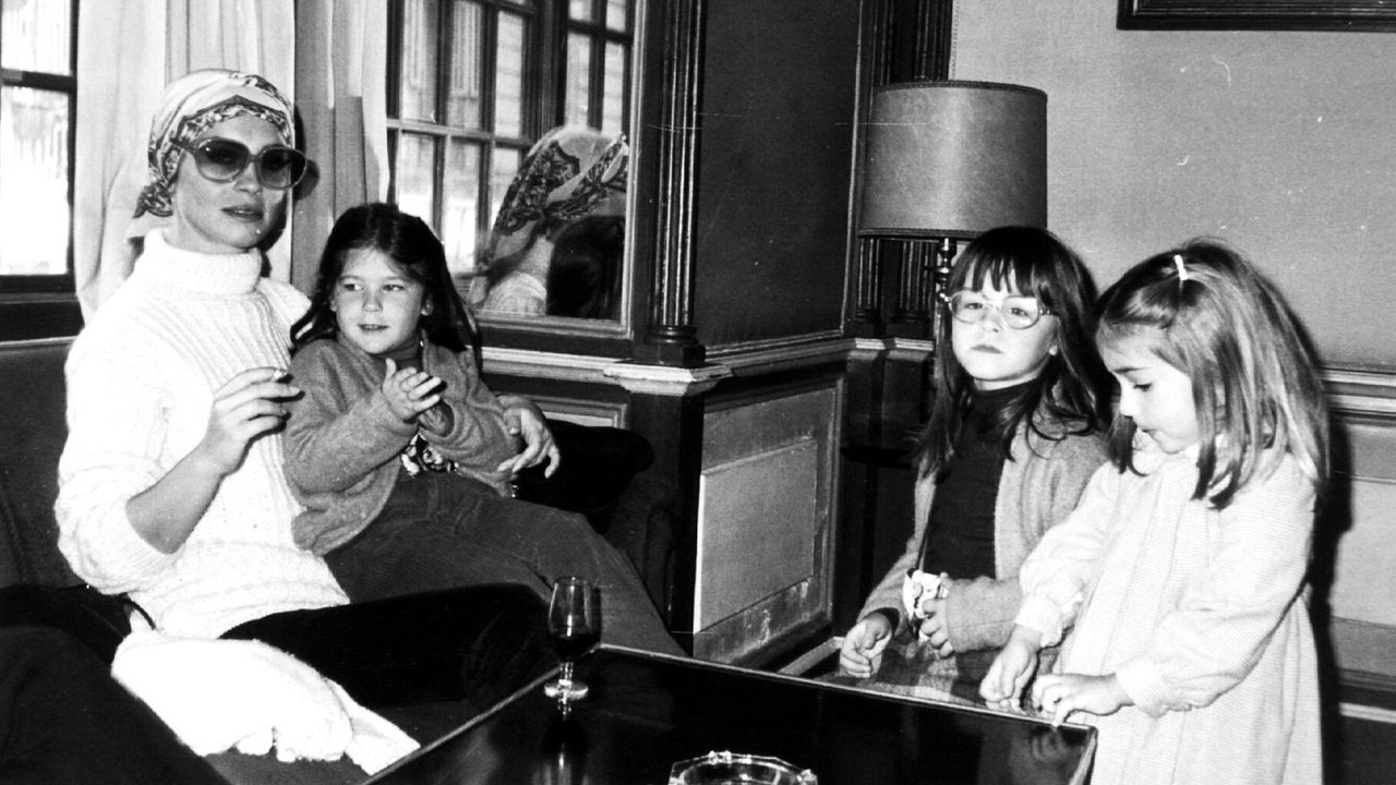 Marisol con sus tres hijas cuando era niñas