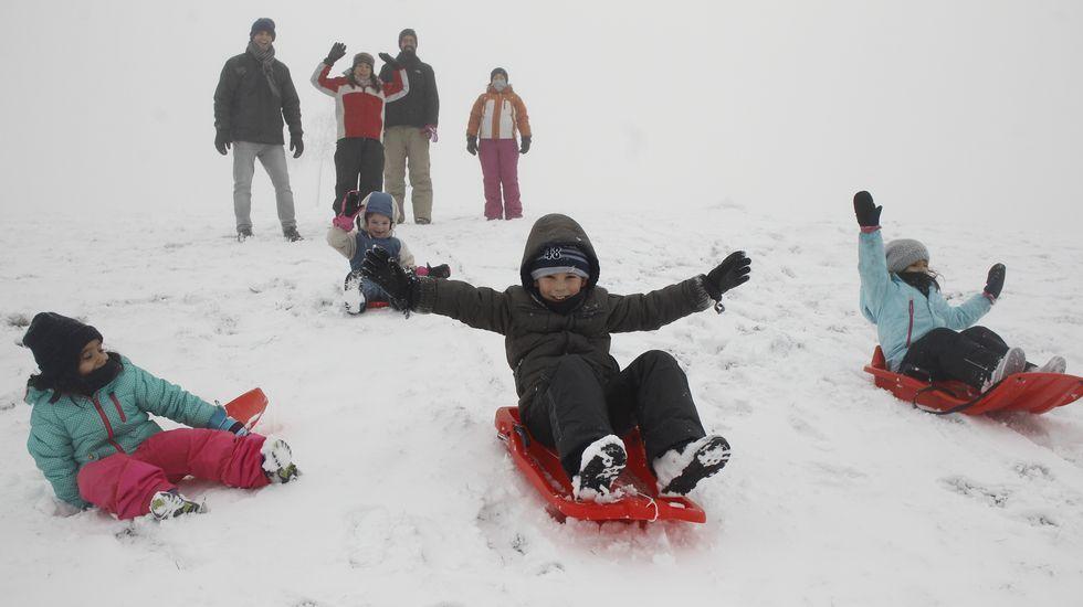 La nieve atrae a numerosas familias a O Cebreiro