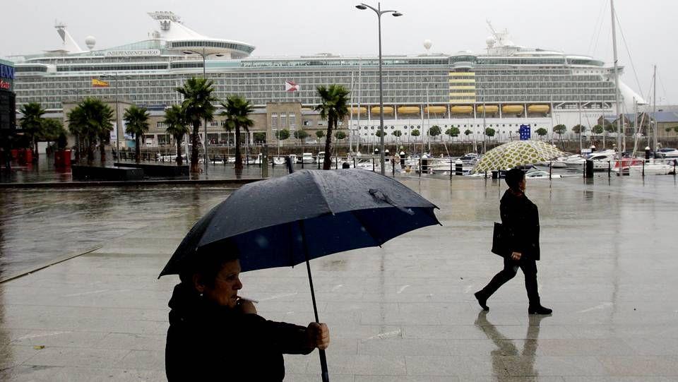 La Armada colisiona contra los botes de Greenpeace en Canarias.Bañistas en la playa de San Amaro el pasado 19 de octubre
