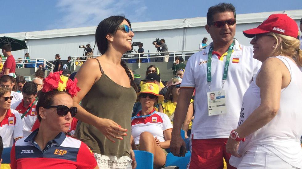 Irene Junquera, a la izquierda, y, Elisa Carballo (madre de Cristian Toro), a la derecha, en la grada de Río.