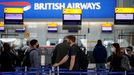 Pasajeros hacen cola ante un mostrador de facturación en el aeropuerto de Heathrow, en Londres