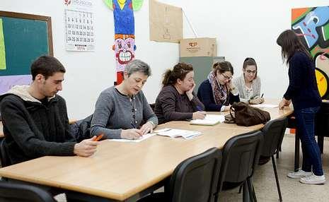El curso de inglés se celebra dos días a la semana en un aula del edificio de Servicios Sociales.